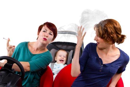 Raucherin im Auto mit Kind