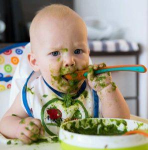 Kleinkind isst Spinat