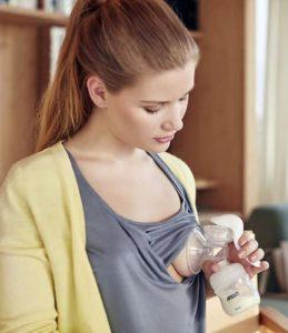 junge Frau mit Milchpumpe