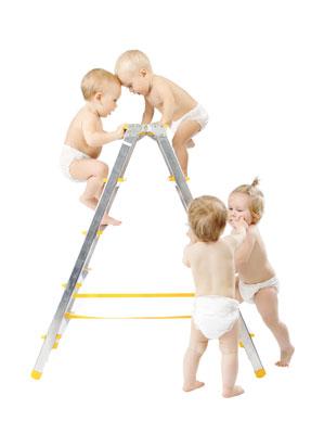 Windelbabies auf Leiter