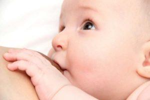 Säugling an Mutterbrust